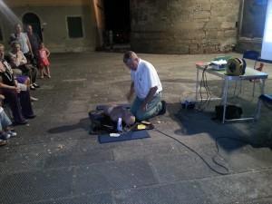 2013-08-04p-calcipiconferenza-sul-defibrillatore-automatico-tenuta-dal-dr-maurizio-cecchini-in-occasione-della-festa-di-s-ermolao-300x225