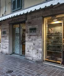 L' Ottica Mori, in Via Oberdan 2 , Pisa, dove e' stato installato il DAE