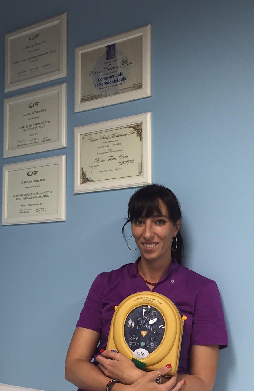 La Dott.ssa Tania Pieri mostra il Dae che cardioprotegge il suo studio dentistico